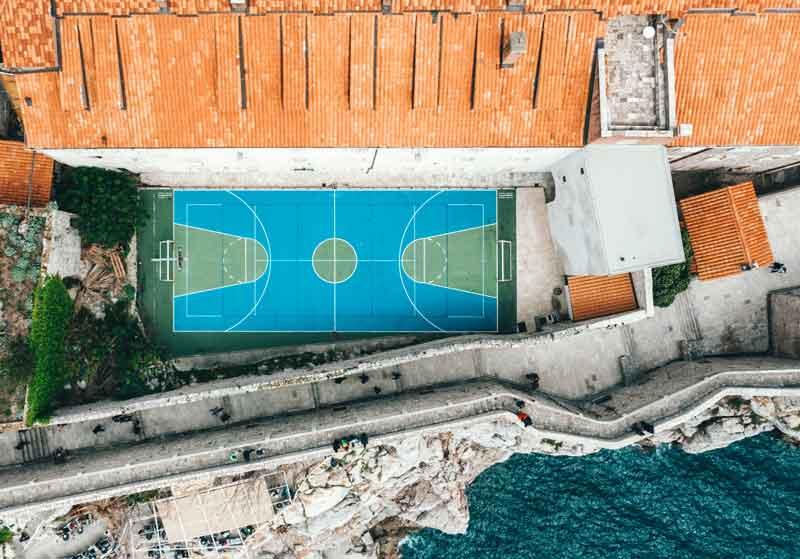 Dubrovnik i košarkaško igralište blizu mora
